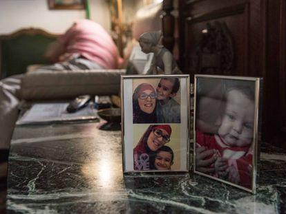 Retratos de Yolanda Martínez en casa de sus padres en el barrio madrileño de Salamanca. En vídeo, su testimonio ante las cámara de EL PAÍS.
