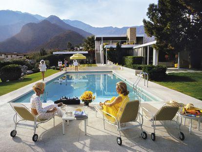 La casa Kaufmann vista desde la piscina por el fotógrafo Slim Aarons ('Poolside Gossip', 1970). Richard Neutra empezó la casa por la piscina y, aunque fue más una estrategia para que no se parasen las obras que de diseño, la vivienda de los Kaufmann parecía creada a partir de su reflejo en el agua.