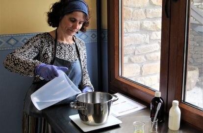 Raquel Cortino prepara jabón artesano en su taller en Monleras (Salamanca).