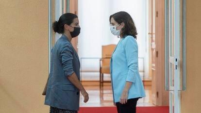 La presidenta de la Comunidad de Madrid, Isabel Díaz Ayuso, conversa con la portavoz de Vox en la Asamblea, Rocío Monasterio.