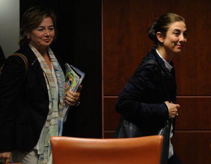 La viceconsejera de Educación, Arantza Aurrekoetxea, y la consejera, Cristina Uriarte, en el Parlamento