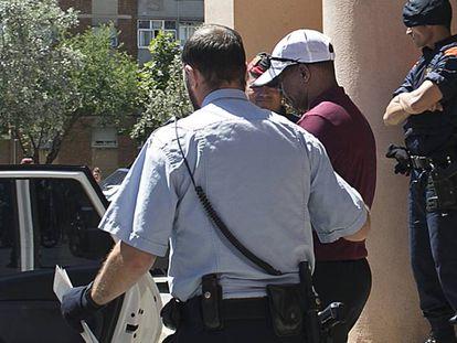 El entrenador Jama Aden sale detenido del hotel Arrahona, en junio de 2016