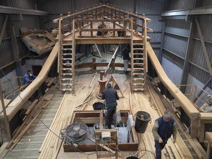 Carpinteros de ribera trabajan en la 'Nao Victoria 500', en el Astillero Palmás de Punta Umbría (Huelva), el pasado jueves.
