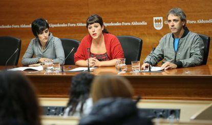 Aitziber Iartza y Zigor Etxeburua flanquean a la portavoz de la Diputación guipuzcoana, Larraitz Ugarte.