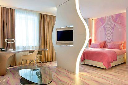 Paredes pintadas. El trabajo de interiorismo es evidente. Así, la 'junior suite' del NHow Berlín tiene tonos rosas y psicodélicos.