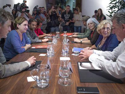 Ada Colau, se reúne en Barcelona con 8 alcaldes del cambio.