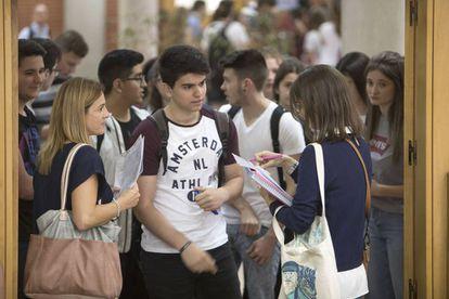 Alumnos de selectividad entrada a realizar la prueba en Castellón.
