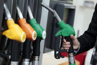 Un hombre reposta gasolina en una estación de servicio.
