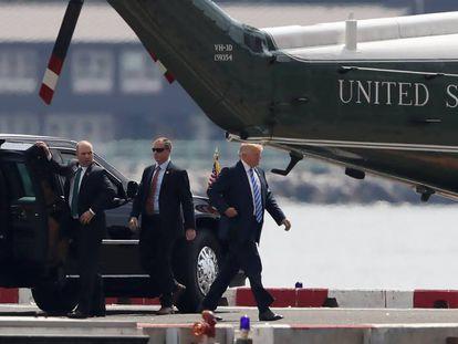 Donald Trump sube al Marine One para volver a Washington, el domingo.