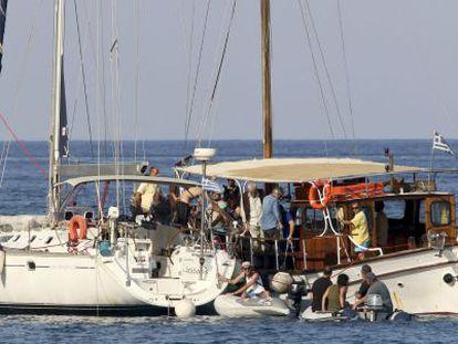 Activistas propalestinos embarcan en la flotilla el viernes en Creta.