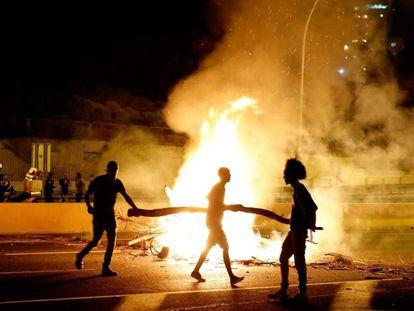 Manifestantes judíos etíopes cortan el tráfico en Netanya, al norte de Tel Aviv, el martes.