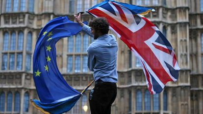 Un hombre con banderas británica y de la UE en una manifestación antibrexit en Londres en 2016.