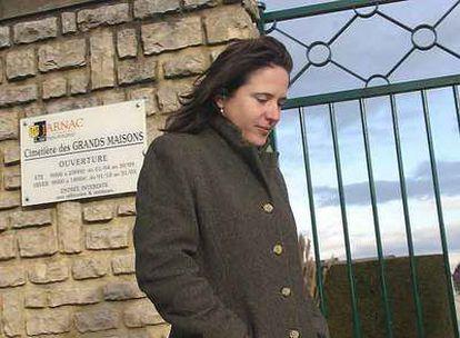 Mazarine Pingeot, durante una visita a la tumba de su padre, Françoise Mitterrand, en 2004.