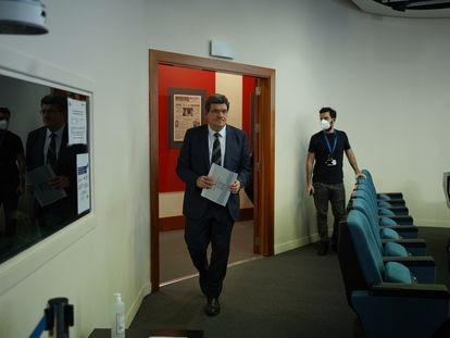 El ministro de Inclusión y Seguridad Social, José Luis Escrivá, entrando en la sala de prensa de La Moncloa.