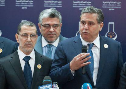 Aziz Ajanuch, a la derecha, habla en Rabat el 21 de marzo junto al primer ministro El Otmani.