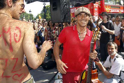 Manu Chao en un concierto para el Movimiento 15-M, acampado en la Plaça de Catalunya de Barcelona - © Carles Ribas