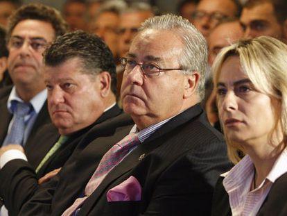 Sonia Castedo y Luis Díaz Alperi, en un acto municipal. Enrique Ortiz es el último por la izquierda.