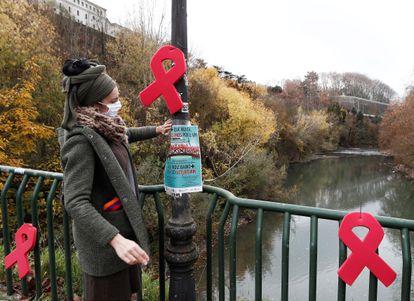 La Asociación Sare y la Comisión Anti Sida de Navarra han colocado lazos rojos en el puente de la Rochapea de Pamplona con motivo del Día Mundial del Sida.