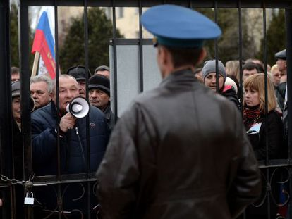 Manifestantes prorrusos ante una base en Belbek (Crimea).