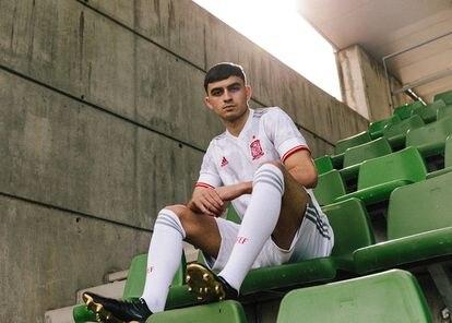 Pedri, con la camiseta suplente de la selección española.