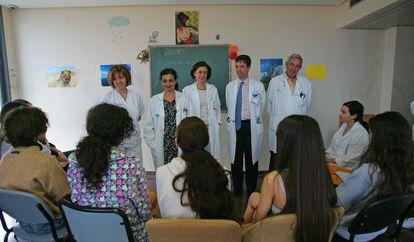 Los médicos de la Unidad de Trastornos de Conducta Alimentaria con las chicas, de espaldas, que están ingresadas.