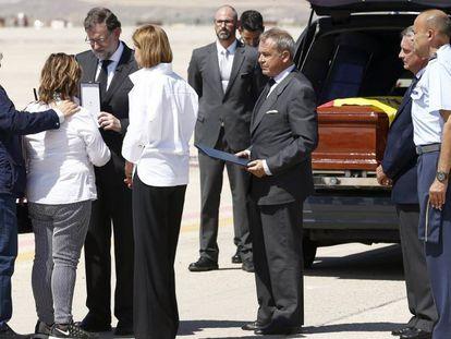 Mariano Rajoy entrega a la familia de Ignacio Echeverría la Gran Cruz del Mérito Civil este sábado en la base aérea de Torrejón de Ardoz.