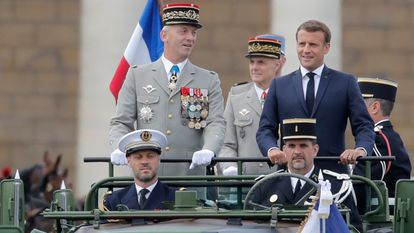 El presidente Macron, junto con el jefe del Estado Mayor, general Lecointre, en el desfile de la fiesta nacional francesa, el 14 de julio, de 2020.