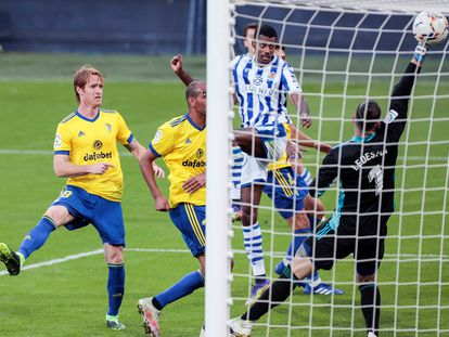 Isak marca el gol del triunfo de la Real.