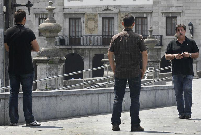 José Luis Vela camina hacia sus escoltas al salir del Ayutamiento de Andoain en 2011.