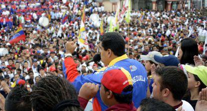 Maduro habla ante la multitud desde el Palacio de Miraflores.