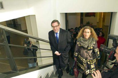 El alcalde de Santiago, Ángel Currás, llega acompañado de su abogada a los juzgados de Lugo.Trigo