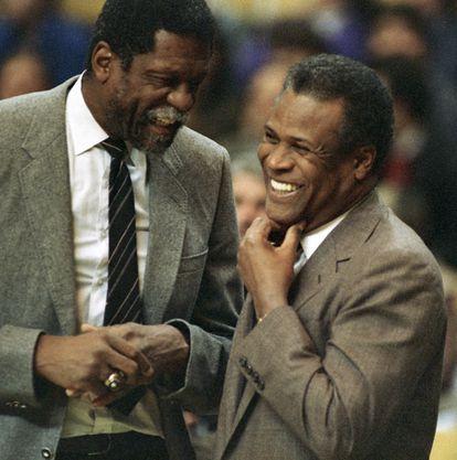 K.C. Jones, a la derecha, junto a Bill Russell, su excompañero en los Celtics, cuando eran entrenadores de los Kings y los Celtics en 1988.