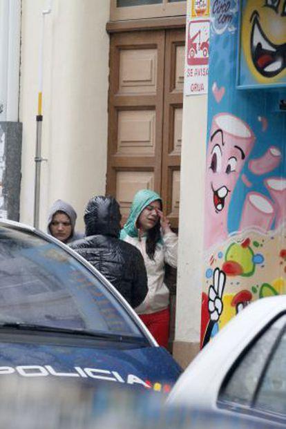 Allegados de la víctima junto a la entrada a la vivienda de Lugo.