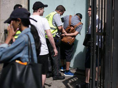 Agentes de seguridad privada del mercado de la Boqueria detienen a un carterista tras robar a unos turistas rusos.