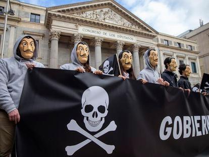 Concentración contra la eutanasia frente al congreso de los diputados en Madrid el 12 de diciembre, cuando el pleno aprobó la ley.
