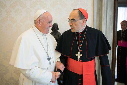 El Papa estrecha la mano del cardenal Barbarin el pasado lunes, cuando este le presentó su dimisión.