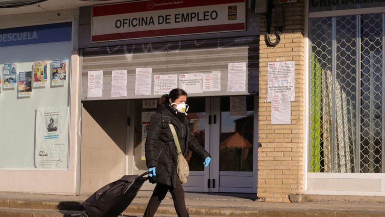 Una mujer pasa ante una oficina de empleo en Madrid.