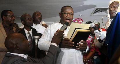 Julius Maada Bio, vencedor en las elecciones, jura el cargo como presidente de Sierra Leona, este jueves en Freetown.