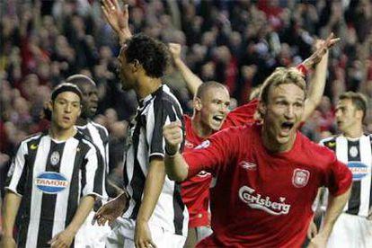 Hyypia celebra su gol ante la desilusión de los jugadores de la Juventus.