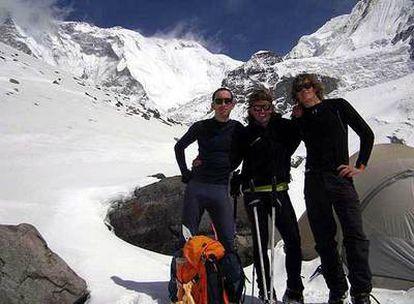 Iñaki Ochoa, en el centro, a los pies del Himalaya