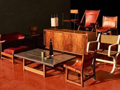 Conjunto de piezas de la firma Darro, que trajo a la España de los años 50 aires daneses y alemanes con diseños de arquitectos como Miguel Fisac, pero que mantuvo un pie en la tradición del mueble castellano renancentista. |