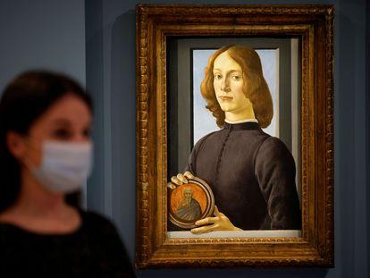 Un empleado de Sotheby's junto a la obra 'Young Man Holding a Roundel' del pintor renacentista italiano Sandro Botticelli en enero de 2021.