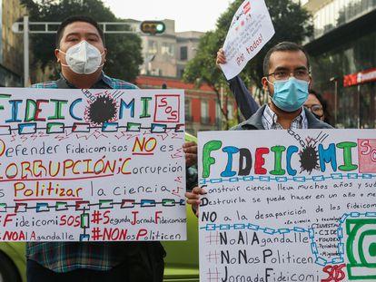 Científicos y académicos protestan contra la extinción de los fideicomisos en México.