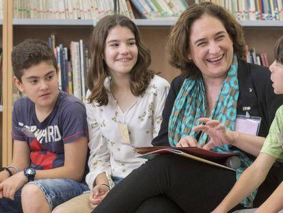 La alcaldesa de Barcelona Ada Colau reunida con los menores