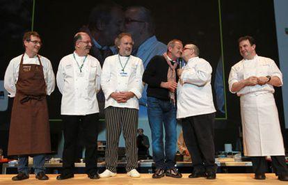 Homenaje hoy a Carlos Arguiñano en el Congreso Internacional de Gastronomía de San Sebastián. De izquierda a derecha: Aduriz, Subijana, Roteta, Arguiñano, Arzak y Martin Berastegi.