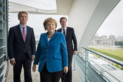 El primer ministro noruego, Jens Stoltenberg, la canciller alemana Angela Merkel y el primer ministro británico, David Cameron.