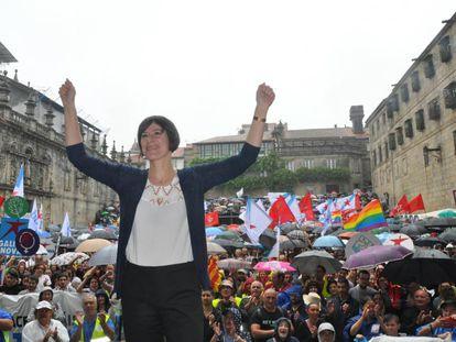 Ana Pontón, con la manifestación del Día da Patria Galega del 2019 al fondo, en Santiago.
