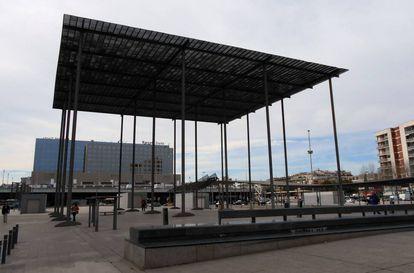 Plaça dels Països Catalans, obra de Helio Piñon y Albert Villaplana (1984), frente a la estación de Sants de Barcelona.