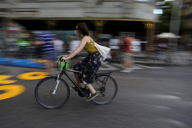 Una ciclista, en el Paseo de Recoletos de Madrid.