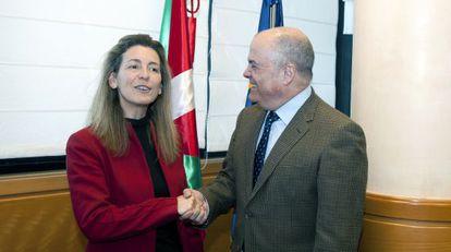 Los consejeros Ana Oregi y Luis Zarraluqui, antes de su reunión en el Gobierno vasco.